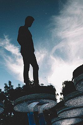 Mann im Park spiegelt sich im Wasser - p1491m1582677 von Jessica Prautzsch