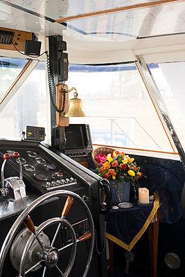 Urne im Schiff  - p299m1552931 von Silke Heyer