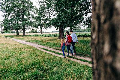 Family having fun at the park. London, England. - p300m2298962 von Angel Santana Garcia