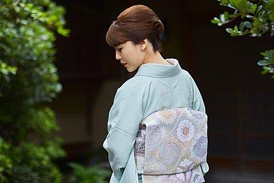 Young Japanese woman wearing traditional kimono - p307m2135274 by Yosuke Tanaka