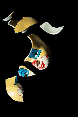 Broken porcelain clown´s head - p971m2284087 by Reilika Landen