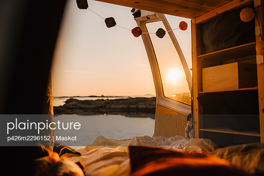 Interior of camping van during sunset - p426m2296152 by Maskot