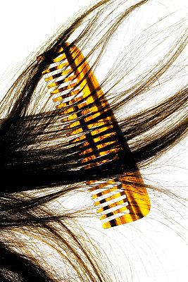 Kamm und dunkles Haar     Comb and dark hair - p450m1541530 von Hanka Steidle