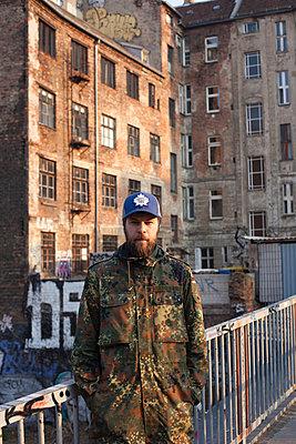 Mann in Berliner Hinterhof - p906m946049 von Wassily Zittel