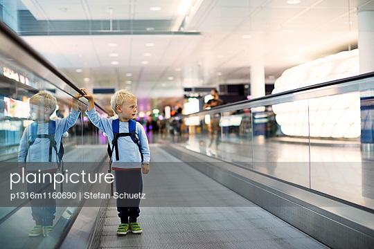 Junge auf einem Laufband im Flughafen - p1316m1160690 von Stefan Schuetz