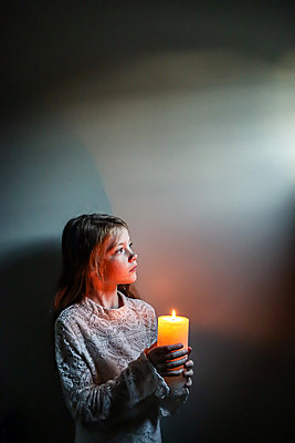 Girl holding a candle  - p1019m2134676 by Stephen Carroll