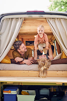 Family in Campervan - p1124m2229013 by Willing-Holtz