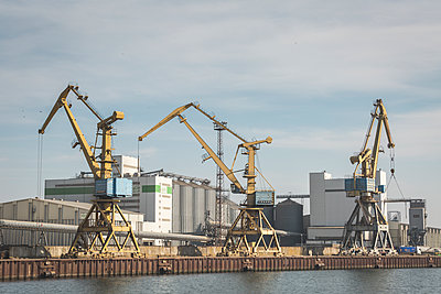 Germany, Warnemuende, Baltic Sea, Rostock Port, cranes - p300m1129926f von Anke Scheibe