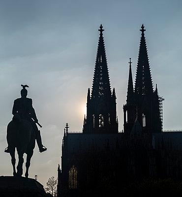 Reiterdenkmal und Kölner Dom - p401m2184902 von Frank Baquet