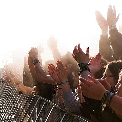 Publikum im Nebel - p830m1008278 von Schoo Flemming