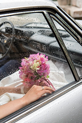 Brautpaar im Auto - p949m1200309 von Frauke Schumann