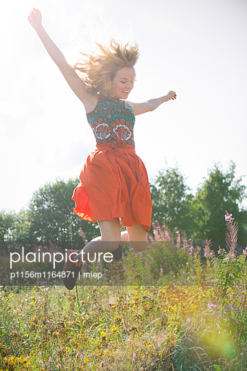 Junge Frau springt in die Luft - p1156m1164871 von miep