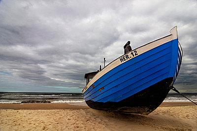 Ruderboot am Strand - p9792894 von Zickert