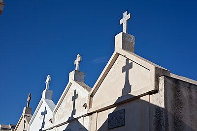 Cross on blue sky in cemetery - p1513m2043897 by ESTELLE FENECH