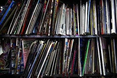 Zeitschriften in einem Regal - p1643m2229379 von janice mersiovsky