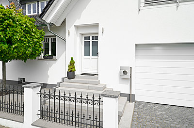 Germany, Cologne, white new built one-family house - p300m1588018 von Philipp Dimitri