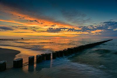 Germany, Mecklenburg-Western Pomerania, Zingst, beach and breakwater at sunset - p300m2058702 by Kontrastlicht