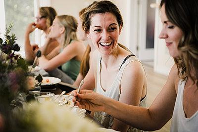 Women enjoying friendship and meal in yoga retreat - p429m2019564 by Hugh Whitaker