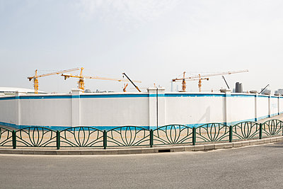 Large construction site behind fence - p834m1138365 by Jakob Börner