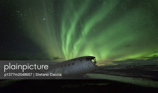 Iceland, South Iceland, Su_urland, Plane wreck of USAF crash down on Sólheimasandur beach at northern light - p1377m2048657 by Stefano Caccia