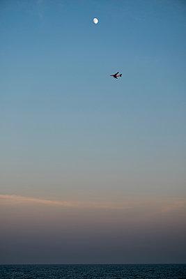 Flugzeug über dem Meer - p229m1466264 von Martin Langer