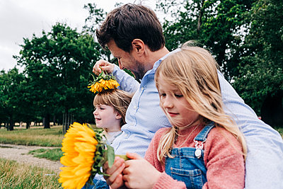 Family having fun at the park. London, England. - p300m2298923 von Angel Santana Garcia
