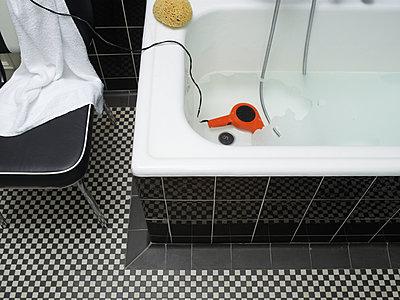 Hair dryer in the bathtub - p803m2286019 by Thomas Balzer