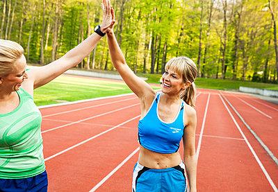Sportliche Frau - p904m1031350 von Stefanie Päffgen