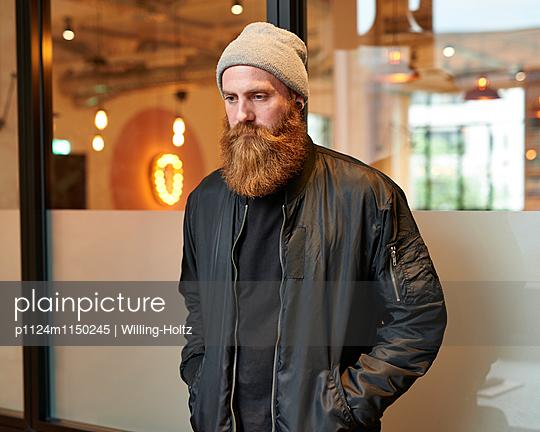 Melancholischer Mann mit Bart und Mütze  - p1124m1150245 von Willing-Holtz