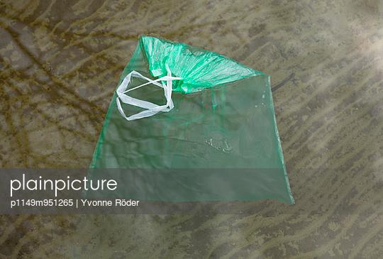 Mülltüte im See - p1149m951265 von Yvonne Röder