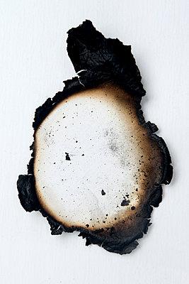 Verbranntes Papier - p451m1564583 von Anja Weber-Decker