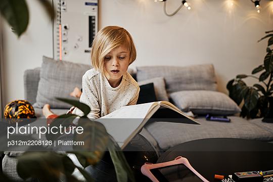 Girl holding open notebook - p312m2208128 by Plattform