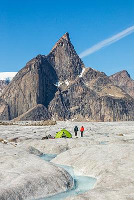 Climbers at basecamp on glacier below Mt. Loki, Baffin Island. - p1166m2189710 by Cavan Images