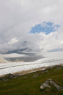 Wolken über dem Aletschgletscher, Schweiz - p763m1525614 von co-o-peration