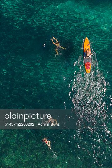 Schwimmen und Stand-Up-Paddeln - p1437m2283282 von Achim Bunz
