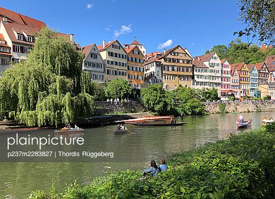Row of houses on the riverbank, Tübingen - p237m2283827 by Thordis Rüggeberg