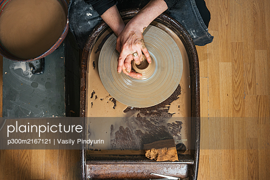 Top view of potter working on workpiece - p300m2167121 by Vasily Pindyurin