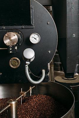 Roasted coffee beans  - p1085m2181651 by David Carreno Hansen