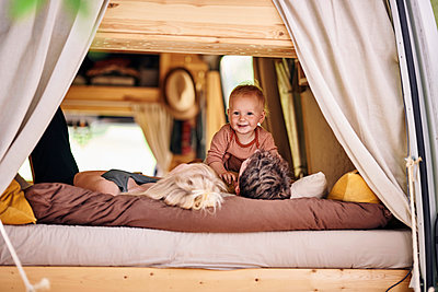Family relaxing in caravan - p1124m2228987 by Willing-Holtz