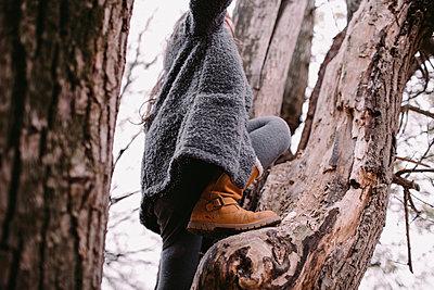 Little girl climbing on tree in autumn - p300m2121771 von Oxana Guryanova