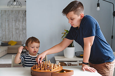 Moskau, Russland.Geschwister spielen Schachspiel - p300m2276728 von Katharina und Ekaterina