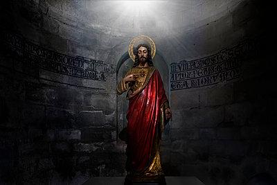 Jesusfigur mit Heiligenschein und Lichtstrahl - p719m1537783 von Rudi Sebastian