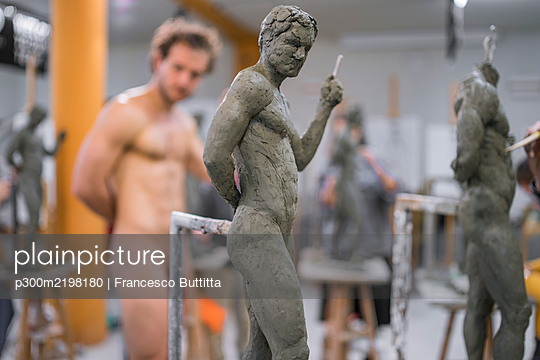Sculpture and naked model in the background - p300m2198180 by Francesco Buttitta