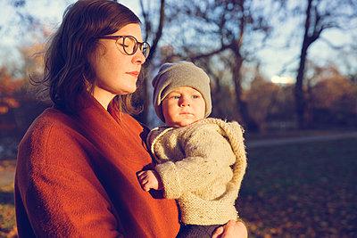 Herbstspaziergang, Mutter mit Kind - p904m1193455 von Stefanie Päffgen