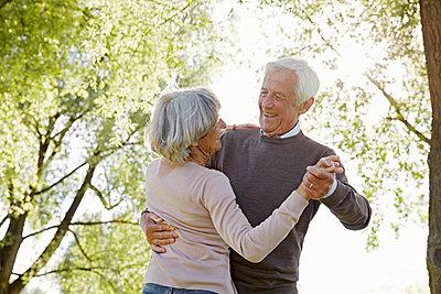 Seniorenpaar tanzt im Grünen - p1146m1475118 von Stephanie Uhlenbrock
