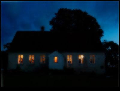 Beleuchtetes Haus in der Nacht - p1693m2295458 von Fran Forman