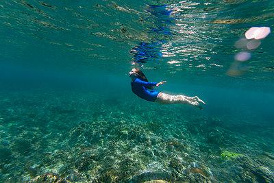 Indonesia, Bali, Young woman srkeling in Nusa Penida island - p300m2198494 by Konstantin Trubavin