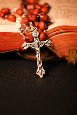 Kruzifix mit Rosenkranz und Bibel - p3300245 von Harald Braun