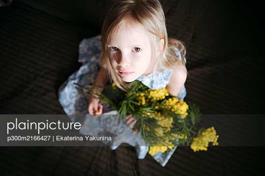 Portrait of blond little girl with bunch of mimosa - p300m2166427 by Ekaterina Yakunina