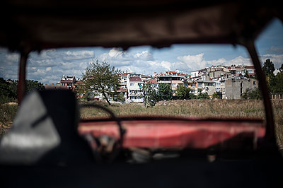 Houses view from a old car - p1007m1134901 by Tilby Vattard